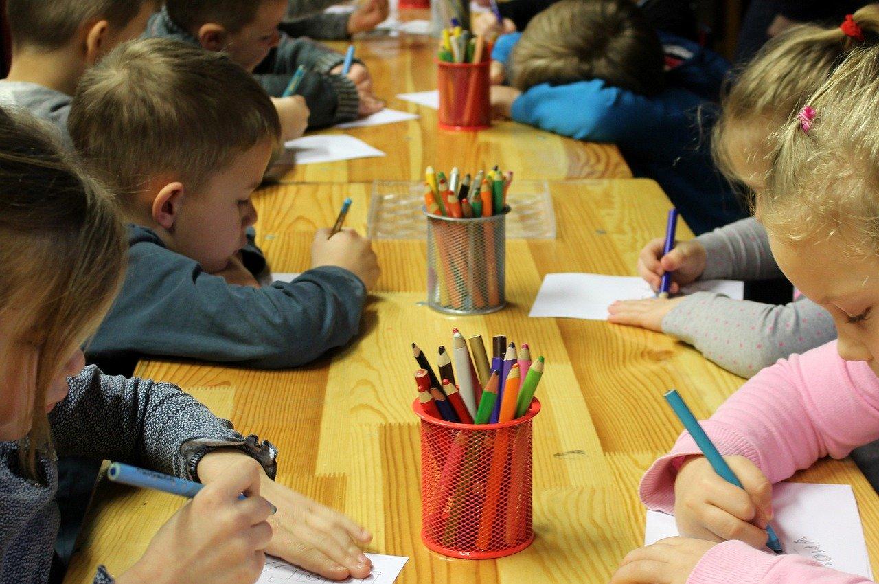 dzieci rysujące kredkami